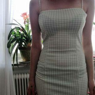 Grön/vit rutig sommarklänning med slits. Skön och stretching, perfekt till varma sommardagar!! 💓
