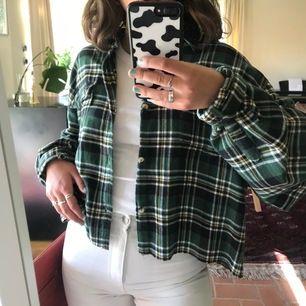 grönrutig flanellskjorta köpt på secondhand i storlek xxxl men avklippt! Jag på bilden bär vanligtvis S. Frakt ingår💓