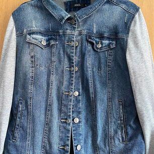 En jeansjacka med hoodieärmar, Storlek XL. Pris kan diskuteras. Fler bilder finns! Frakt ingår i priset! 💜