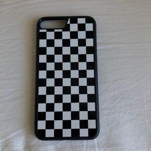 Schackspels skal som passar iPhone 8+ / 7+ / 6+ för 50kr + frakt. Några repor men syns så lite så ändå bra skick!