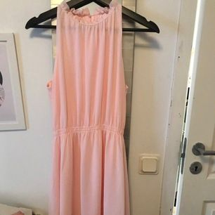 Används en gång på någon avslutning för typ 3 år sedan, men jättefin klänning som är i mycket bra skick!!