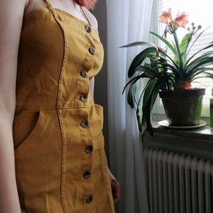 Söt liten senapsgul klänning, lite Betty Cooper inspirerad!! Känns som en 34/36