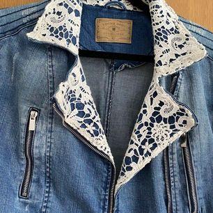 Jeansjacka med spetsdetaljer, köpt på New Yorker. Storlek 42. Pris kan diskuteras! Frakt ingår i priset! 💜