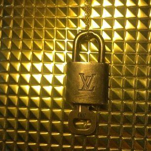Louis Vuitton lås, 550kr med halsbandet till. Frakt tillkommer.