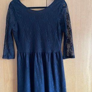 En svart spetsklänning från Vero Moda. Helt oanvänd! Storlek L. Pris kan diskuteras. Fler bilder finns! Frakt ingår i priset! 💜