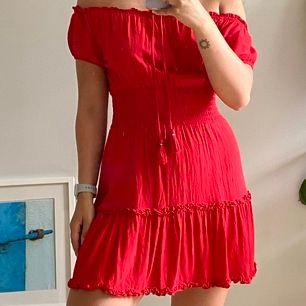 Röd klänning från abercrombie. Köpt i usa för 600kr. Kommer ej tillanvändning. Skriv om ni har frågor 💖