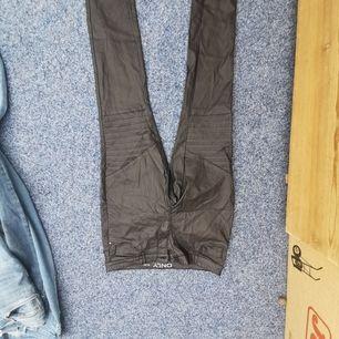 Säljer dessa glansiga byxor från vero Moda, dem är i bra skick.