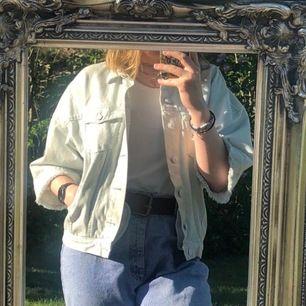 Jeans jacka från H&M med trekvartsarm. I mycket bra skick, endast använd en gång. Frakt till kostar 63kr.