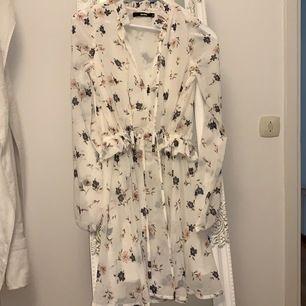 En supersnygg somrig klänning. Aldrig använt på grund av fel storlek, skriv för mer info.