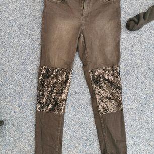 Snygga byxor från gina tricot med paljetter på knäna. Är i nyskick.