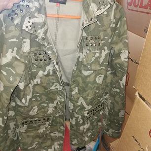 Militär jacka från vero Moda med nitar lite varstans, har dragsko i midjan. Är i nyskick.