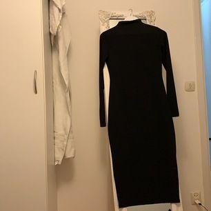 Svart klänning från bik bok i storlek XS. Klänningen är tajt och är i strechmatrial. Aldrig använd, skriv för mer info.