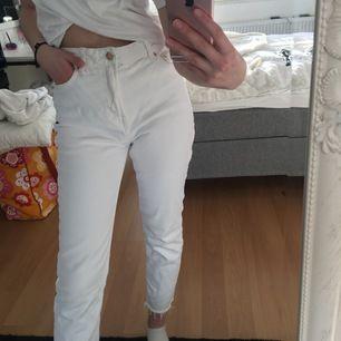 Säljer dessa vita mom jeans från berska. De är en av få vita jeansen jag hittat som inte är genomskinliga men är tyvärr för korta för mig. Sätter inga priser så buda