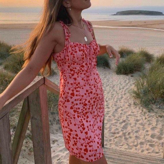 Rosa klänning med rött mönster från Loavies i storlek S, så fin till sommaren!! Lånad första bild, egen andra bild. Spårbar frakt på 63 kr tillkommer, alternativt att du hämtar upp klänningen hos mig i Bromma. 💕💕💕💕. Klänningar.
