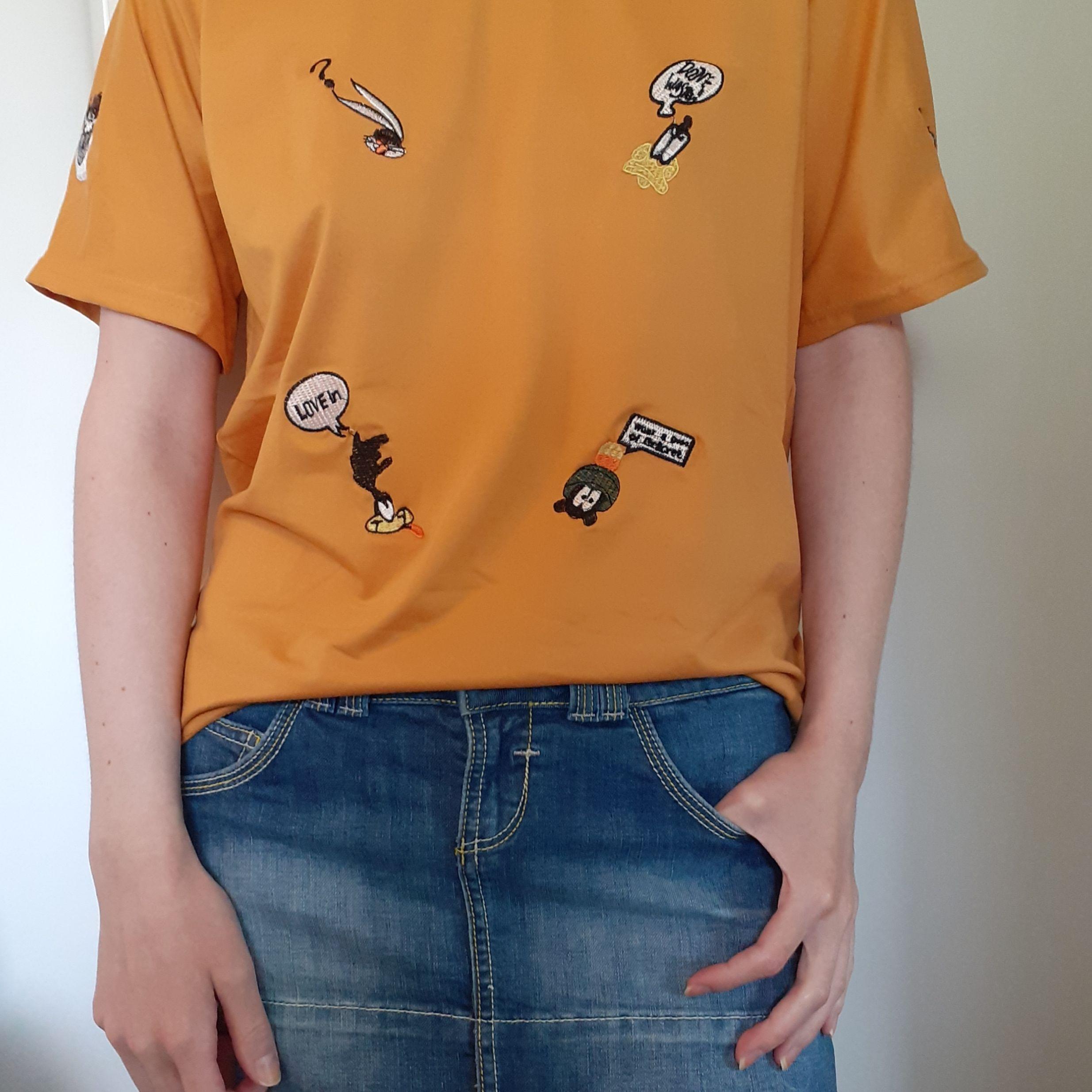 Asball senapsgul T-shirt med Looney Tunes patches🤩 Nyskick! Frakt: 42:- med postens S-emballage . T-shirts.