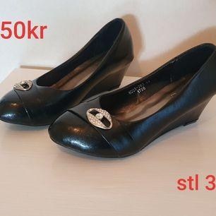 Helt oanvända ballerina skor med liten kilklack.