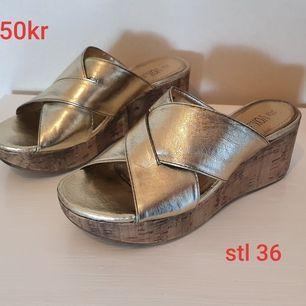 Kilklack skor i guld, använda 1 gång.