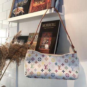 Louis Vuitton handväska, vet ej om den är äkta eller fake, i mycket fint skick! 200kr eller ett högre bud, bud sker i kommentarsfältet med minst 5kr vid högre bud, frakt=66kr📦bud stopptid är onsdag klockan 17:00, kolla gärna in mina andra annonser också⚡️