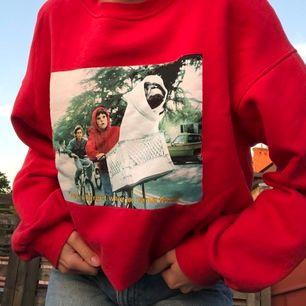 Superfin vintageinspererad sweatshirt med ET på🥺 Sitter snyggt oversize på mig som vanligtvis har S! Kan mötas upp i Lund eller frakta mot fraktkostnad☺️