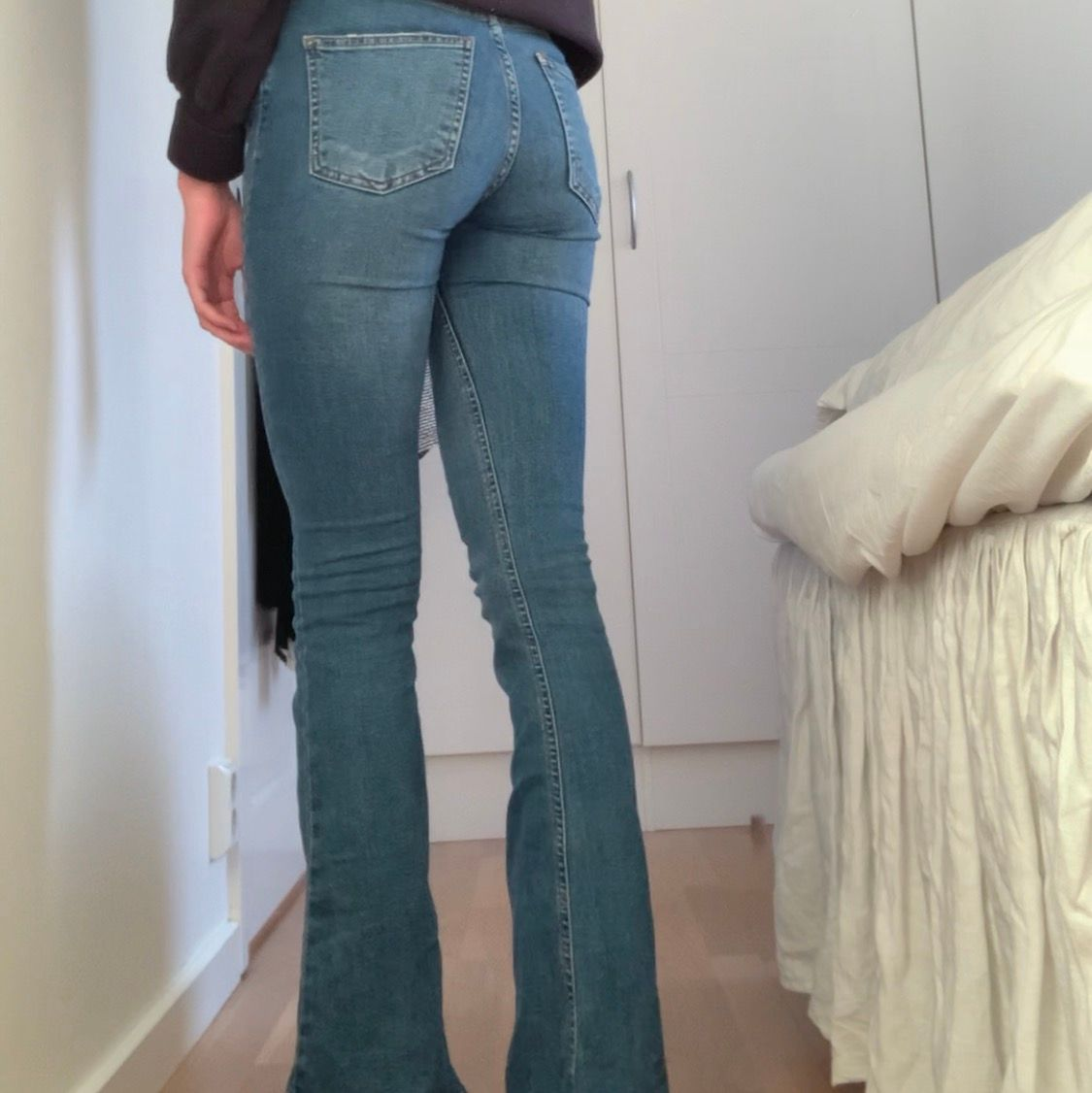 Bootcut jeans, köpta för 400kr och är i bra skick, storlek XS sitter as snyggt, från Ginatricot - 169 + frakt  🖤 . Jeans & Byxor.