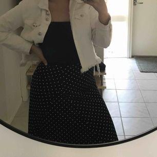 Superfin prickig kjol, passar även 38 då den är stretchig köparen står för frakt, säljer även mer som kolla in det💕