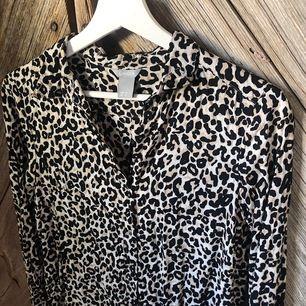 Superskön och snygg leopardblus 🐆 En stilren modell som går ner lite över rumpan (pm för bilder på)✖️ Storlek XS ✖️ Skickas i postorderpåse med spårbar frakt vilket betalas av köparen: 60kr 📦