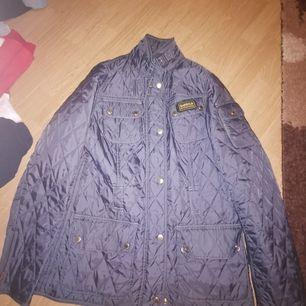 Säljer min babour jacka som är i nyskick, ligger bara i garderoben då den är för liten för mig. Storlek 38. Frakt tillkommer av köparen.