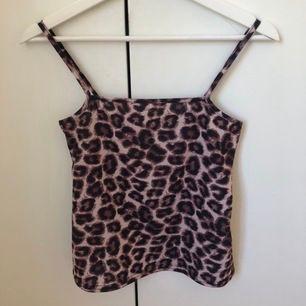 Leopardmönstrat linne från Nelly i fint skick.