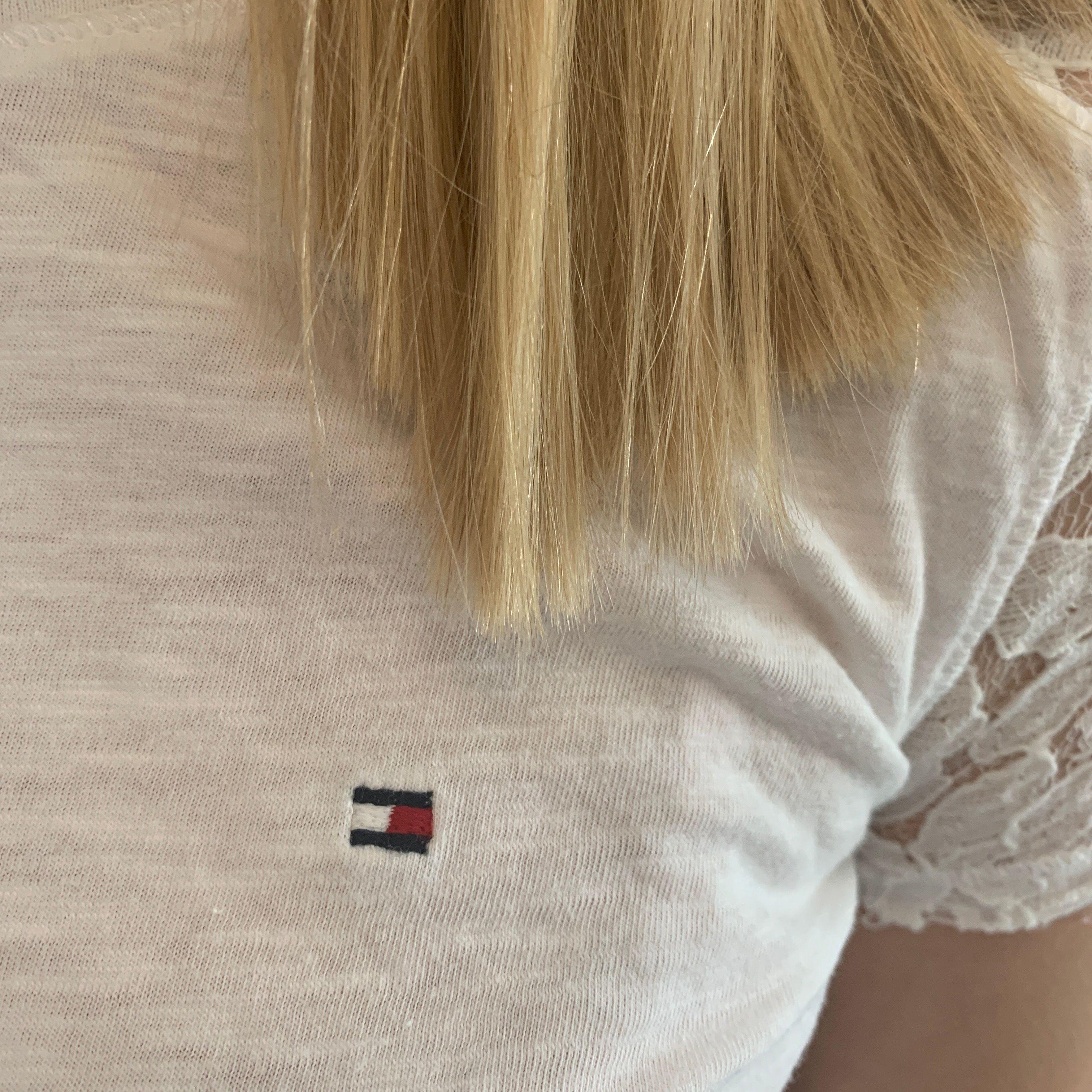 Säljer denna jättesöta tshirt fr Tommy hilfiger. Ärmarna är i spets och den är jättefin nu till sommaren. Passar xs/s. T-shirts.