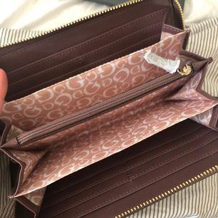 Snygg plånbok helt ny och inte använd. Kom med egna bud 💕💕😍🪐😍