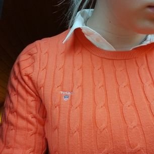 Kabelstickad Gant tröja, köpt för 2 sommrar sedan. Använd endast några få gånger och är i toppskick, korallfärgad och superfin, gör dock mer nytta hos någon som använder den. Buda gärna vad ni vill ge, tänker inga skyhöga priser ändå 😊