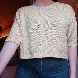 Gul lite kortare stickad trekvarts tröja, använd fåtal gånger. Har en liten akvarellfärgsfläck på ena axeln/armen men syns verkligen inte.