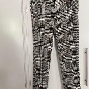 Kostymbyxor st34 i topp skick som tyvärr inte kommer till användning på grund av att dom är för stora. Köparen står för frakt :)