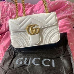 En helt ny gucci väska aldrig använt, den är inte äkta men den är i jätte bra kvalité.
