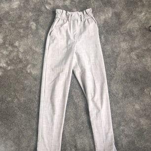 Ett par gråa kostymbyxor från Hm i strl 34 och är i bra skick! 150kr inkl frakt!:)