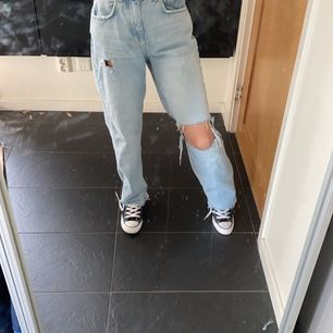 Jättefina ginajeans som liknar dem populära zara jeansen. Passar mig som är 170cm, kom med bud i kommentarerna, köp direkt 600😊👈