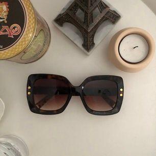 Jättecoola brunmerlerade solglasögon! Aldrig använda då jag inte tycker de passar min ansiktsform men egentligen svinsnygga. Köparen står för frakten<3