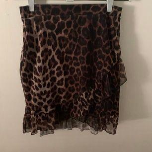 Säljer denna leopardkjolen med volang från Nelly, bara använt några gånger så bra skick. Köparen står för frakt