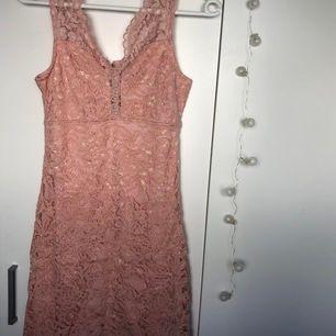 Fin klänning i smutsrosa färg med spets, helt ny med prislapp kvar (400kr), säljer för hälften. Köparen står för frakt