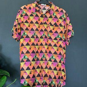 80's Retro skjorta ifrån le frog ! Denna skjorta lär du inte hitta någon annan stans! Skön oversized i storlek 38 (motsvarar S-M) passar mig som brukar använda L. 200kr inklusive frakt 🏺🏺