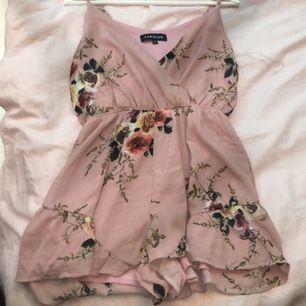 En jätte fin Plaisout som har shorts i dressen. Säljer pga har ingen andvändning för den. Ändast använd till två till tre tillfällen.