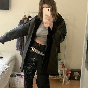En medium lång läder jacka med päls på insidan storlek L. Säljs för används knappt