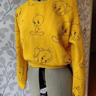 Gul HM tröja, motiv med kycklingen Pip från looney tunes, storlek M fast känns mer som S. 50kr +frakt