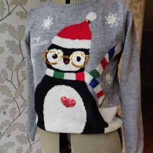 Jultröja från Kappahl, motiv med en pingvin, bra skick, storlek XS men passar även S. 50kr +frakt