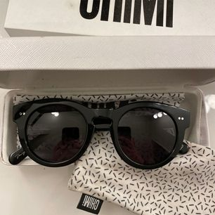 Chimi Modell 003, färg Berry (svart). Köpte dessa här på Plick men då jag har ett jätte litet ansikte är dem lite stora. Jätte snygga. 😊