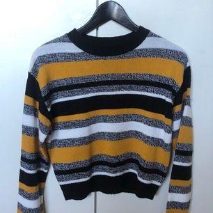 Stickad randig tröja från H&M. Använd fåtal gånger. Köparen står för frakt på 44kr
