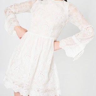 Säljer min vita klänning ifrån glamours, änvänd 1 gång under min graduation men har tyvärr inte kommit till användning sen dess. Skriv för fler bilder eller frågor💖💕🥰💕💖🥰💕