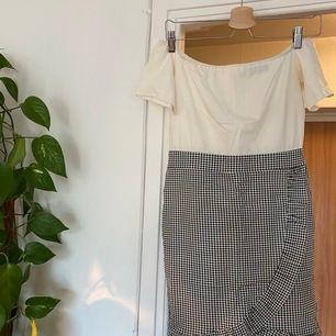 Sjukt snygg off shoulder-klänning som sitter snyggt på alla rätta ställen! Märket heter  AX Paris och klänningen har storlek 10. Passar perfekt på mig som är en 36/38. Stretchig dessutom! 80 kr, köparen betalar frakt. OBS! Liten liten fläck på framsida