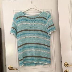 Stickad blå tröja i olika nyanser. Sennheiser lite ovetandes och passar nog de flesta tonåringar och vuxna över 13 år