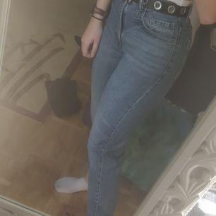 Ett par blåa Mom jeans från Zara som är för stora i midjan på mig som har 68cm omkrets. Lagom långa på mig som är 170cm😊 Bra skick då jag inte använt de speciellt mycket. Frakten är inkluderad i priset✨